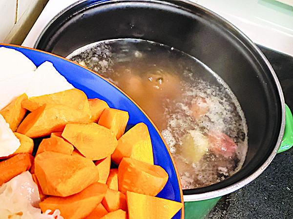 湯煲內放入16碗水,把紅蘿蔔、無花果、豬骨等材料放入,大火先滾後轉為小火,煮約1小時。