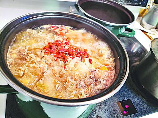 再加入淮山、雪耳煮多1小時,最後10分鐘加入杞子,放入適量鹽即可,湯料可以撈起沾醬油吃。◇