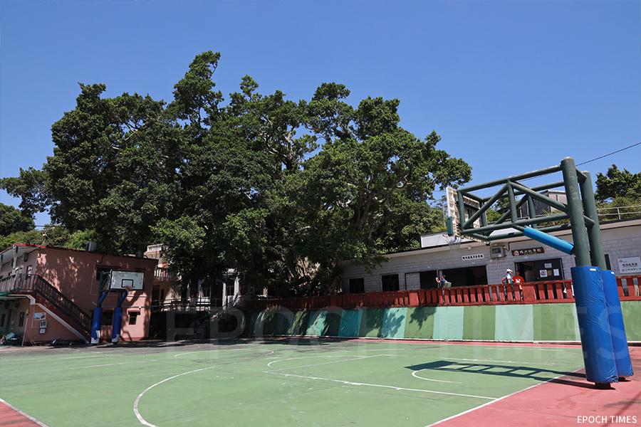 原鴨洲漁民子弟學校籃球場。(陳仲明/大紀元)