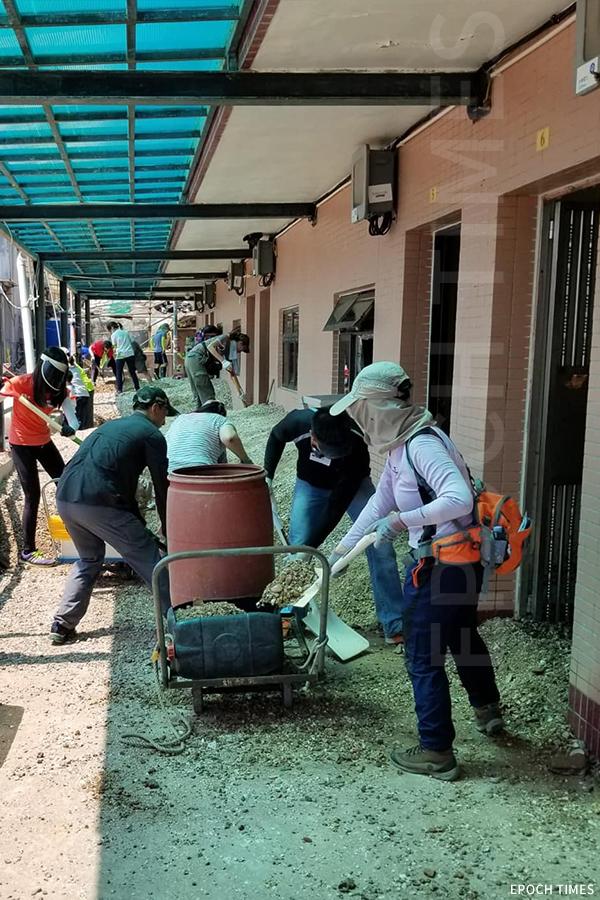 去年「山竹」襲港,熱心義工協助清理入屋的泥沙。(受訪者提供)