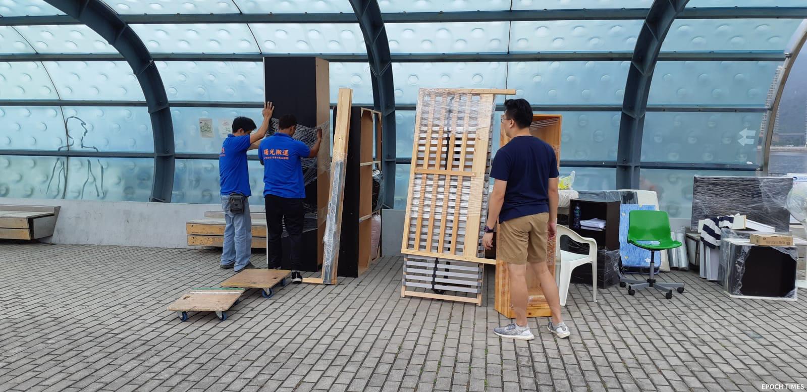 慈善機構「曙光計劃」捐贈物資,並派出「曙光車隊」運送傢俬到碼頭。(受訪者提供)