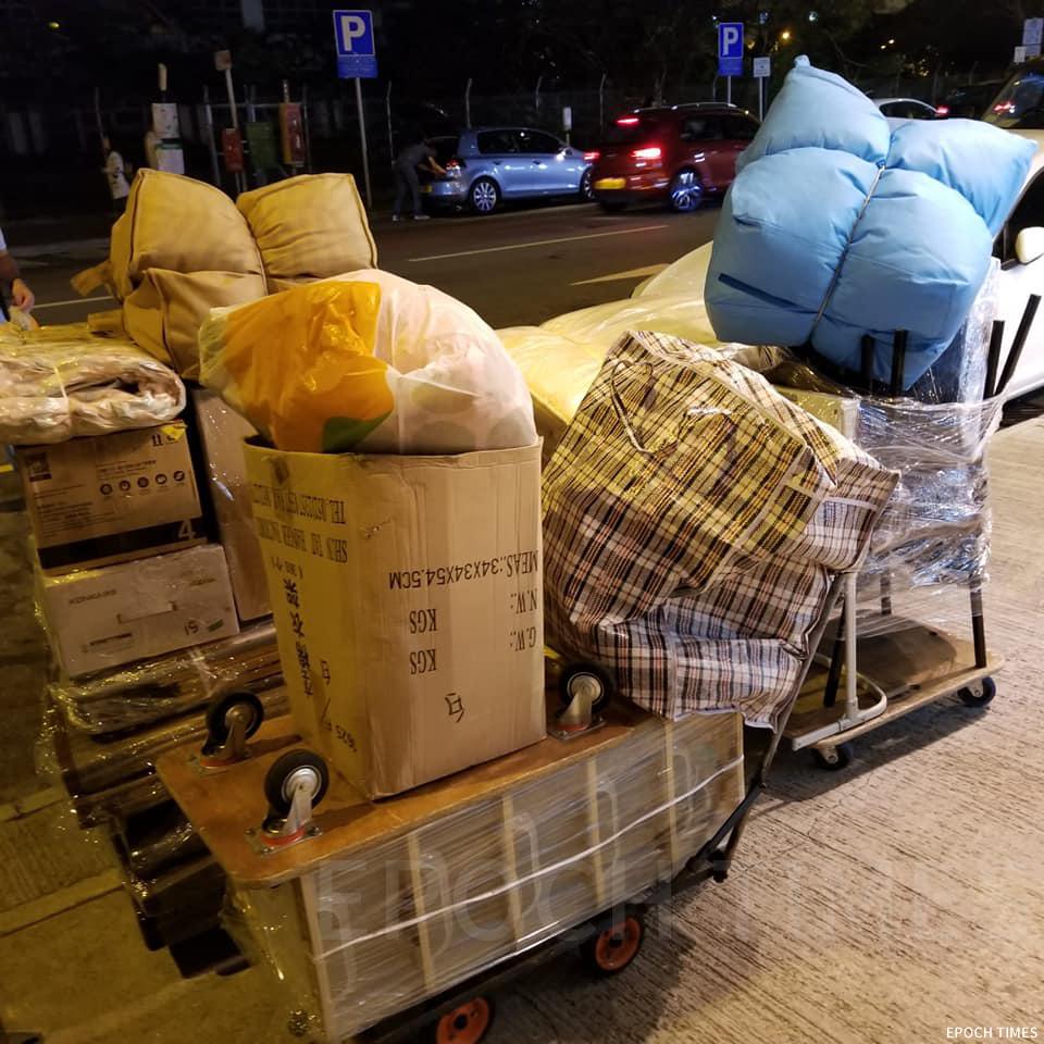 義工徵集物資後運送至鴨洲,幫助村民度過難關。(受訪者提供)