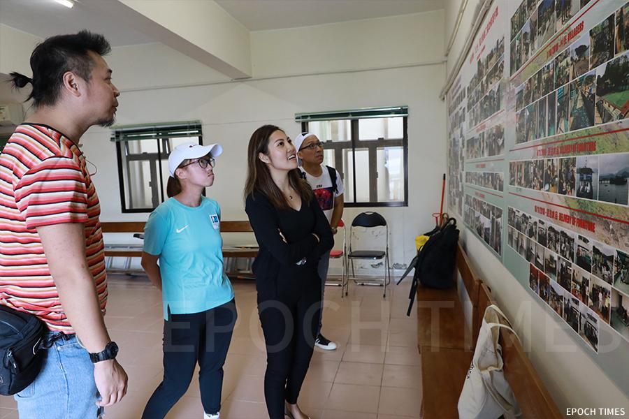 風災一年後,義工們再次到訪鴨洲,步入鴨洲漁民子弟學校校舍,看到貼滿一面牆的相片展板,分日期記錄了義工們的努力。(陳仲明/大紀元)
