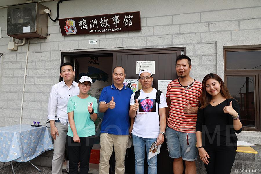風災一年後,部份義工再次到訪鴨洲,與村長陳啟昇(左三)合照。(陳仲明/大紀元)