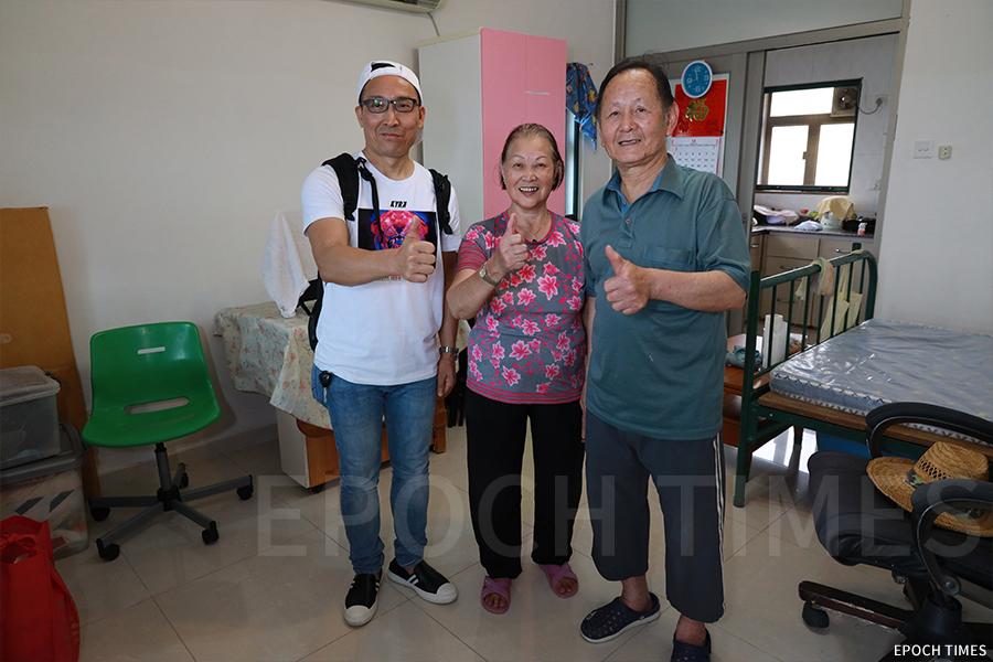 曾捐贈物資的「曙光計劃」負責人何峻維(左一)一年後到訪鴨洲探望村民。(陳仲明/大紀元)