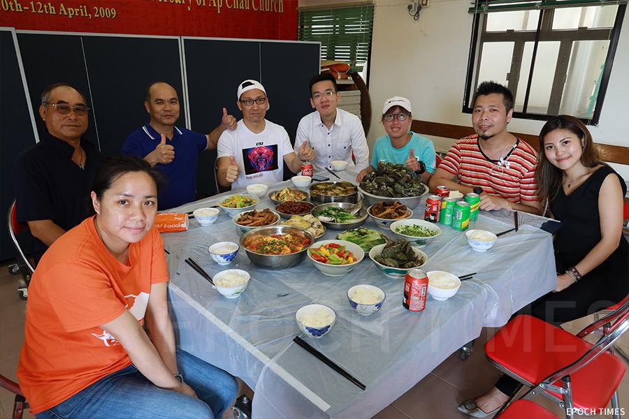 聽聞義工們到訪,村長和村民們用心籌備豐盛的午餐招待。(陳仲明/大紀元)
