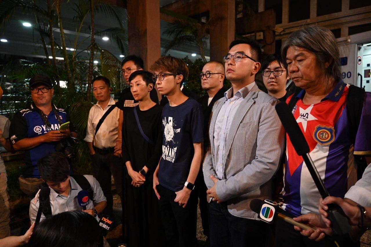 民陣的多位成員及立法會議員昨晚前往醫院探望岑子杰。(文瀚林/大紀元)