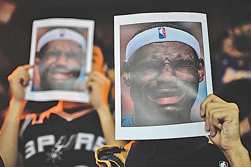 部份民眾舉著NBA 球星勒邦占士的照片,對他的言論表示憤怒。(Getty Images)