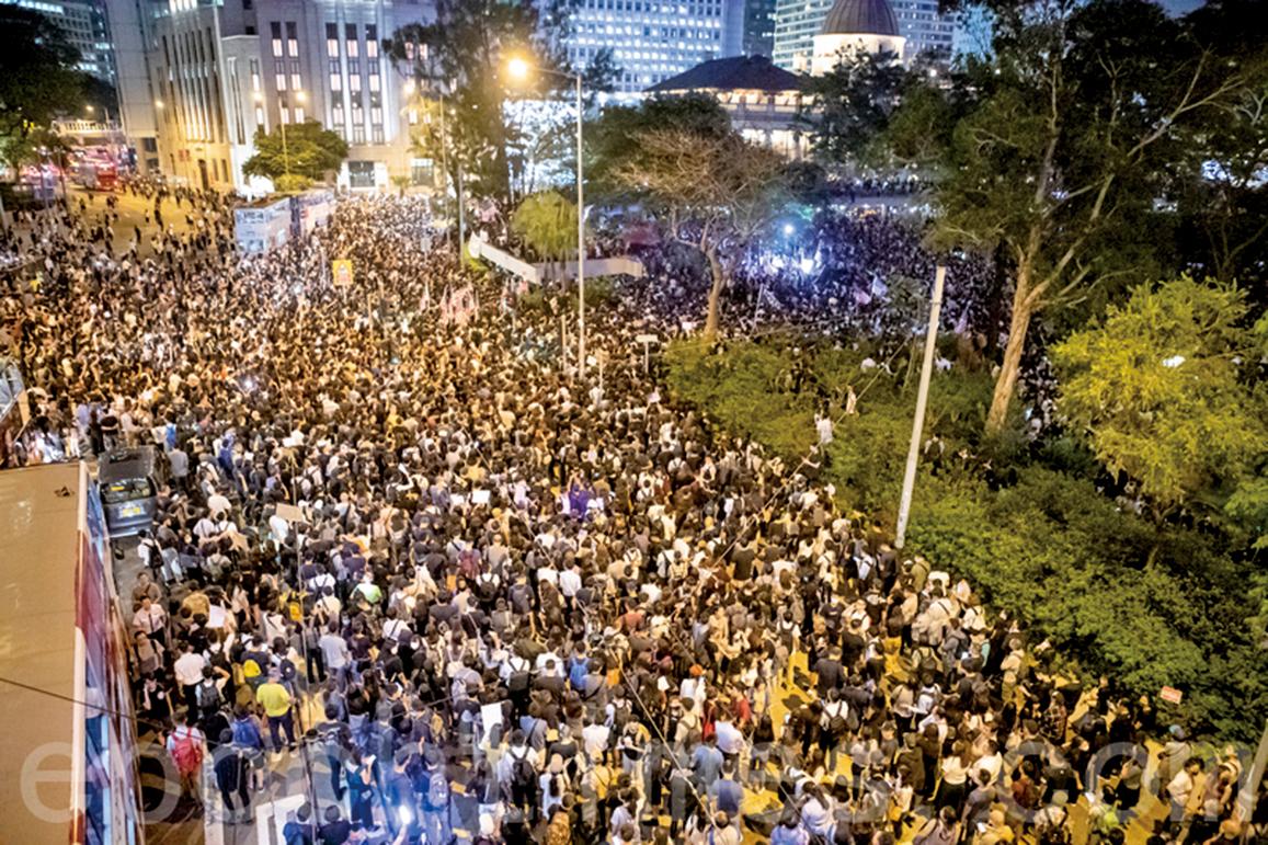 2019年10月14日晚,香港人在遮打花園舉辦「香港人權民主法案集氣大會」,呼籲美國儘快通過《香港人權與民主法案》,超過13萬人參加。(余鋼/大紀元)