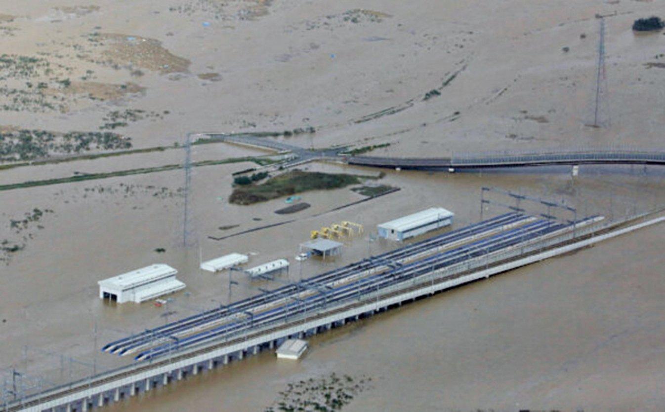 颱風哈吉貝重創日本,停放在長野新幹線機廠內的車廂泡過水,若要恢復通車,至少需要1至2周的時間。(AFP)