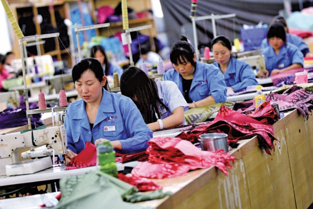 外媒走訪長江三角洲地區調查,37家企業的一線工作員中,經濟減速導致加班減少影響薪資。(Getty Images)