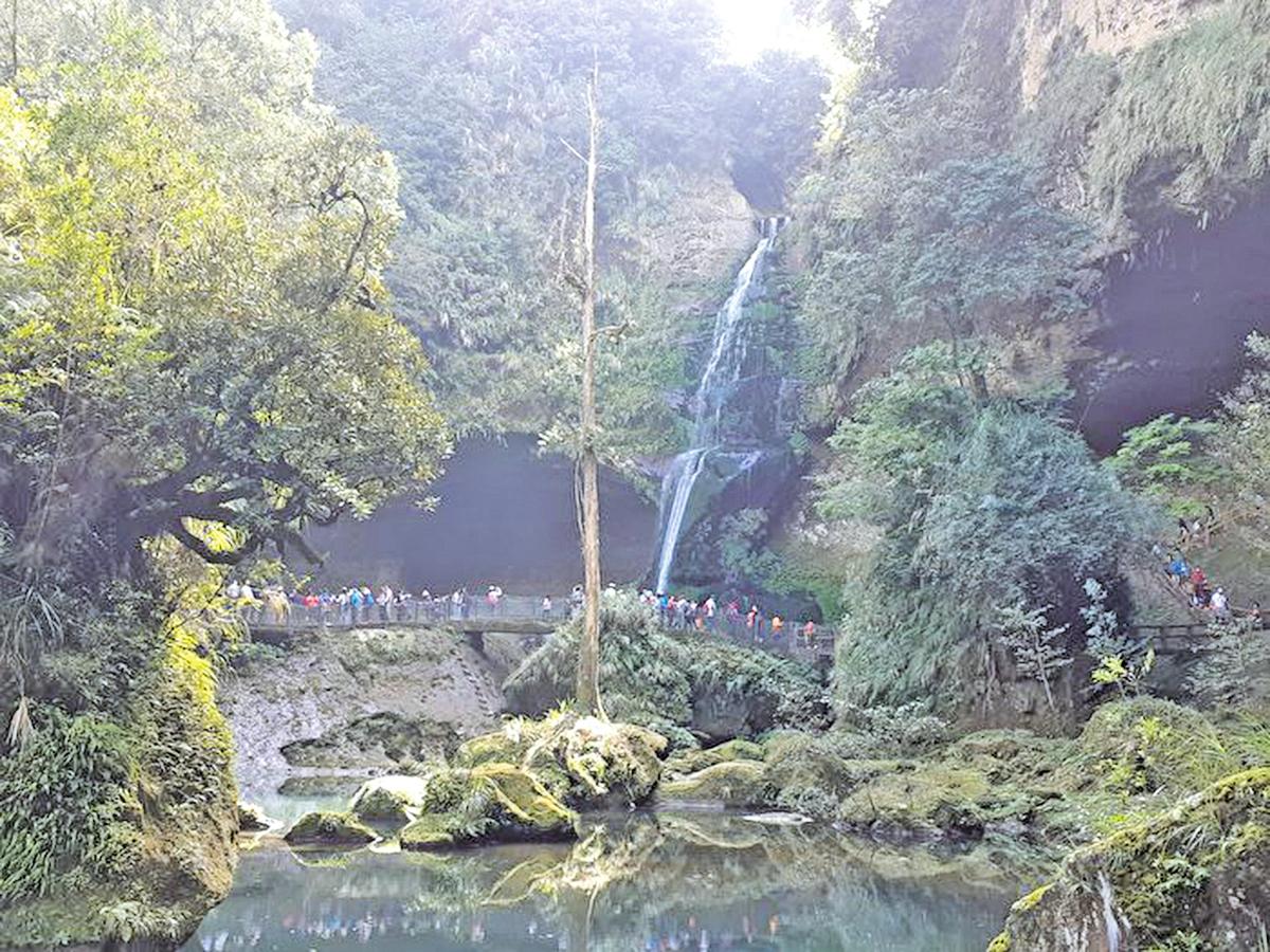 松瀧岩瀑布素有「杉林溪首景」的名號。