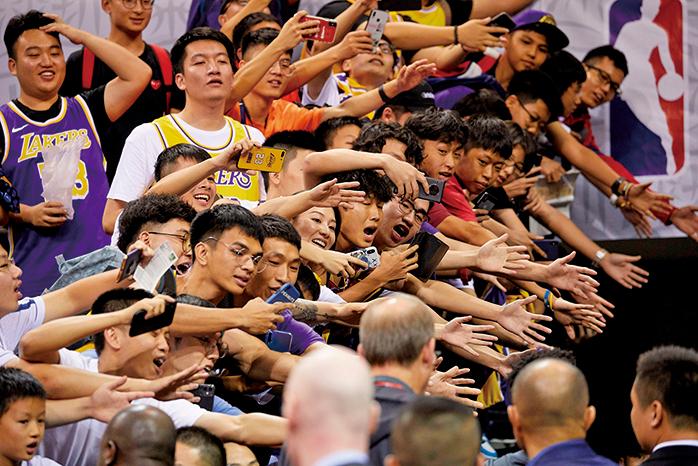 圖為10月12日,NBA深圳比賽爆滿,球迷熱情與球員互動。五毛試圖攪場沒人睬。(Getty Images)