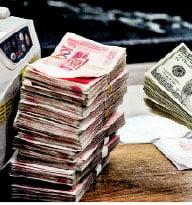 中國外匯儲備雖然常年世界第一,但其中充滿「水份」,如今可能處於巨大危機之中。(AFP)