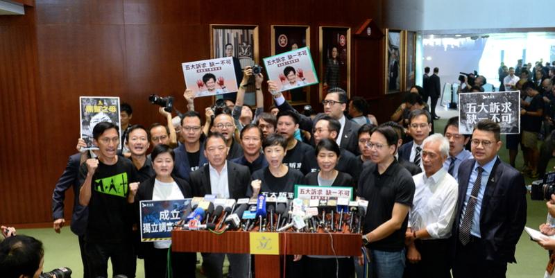 10月16日,立法會復會民主派議員抗議林鄭。(宋碧龍 / 大紀元)