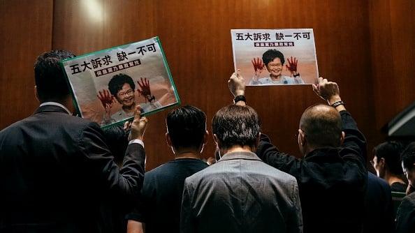 林鄭月娥10月16日到立法會宣讀《施政報告》,遭到民主派議員集體抗議,並且高喊「林鄭下台」等口號。(Billy H.C. Kwok/Getty Images)