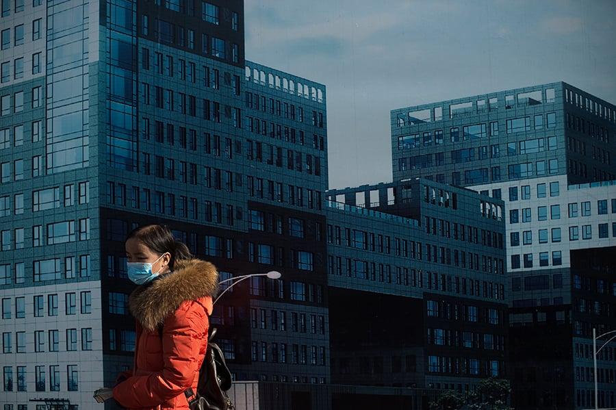 陸樓市遇冷,一些龍頭房企減速拿地,開始將部份項目虧本推出市場。2019年9月,易居研究院監測的4個一線城市新建商品住宅成交面積環比下降4%,同比下降26%。北京商住房交易量30個月來降90%。 (NICOLAS ASFOURI/AFP/Getty Images)