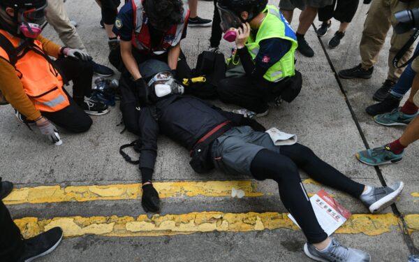 近幾周以來,受傷抗爭者的人數暴增,傷勢嚴重程度也在急遽增加。(MOHD RASFAN/AFP via Getty Images)