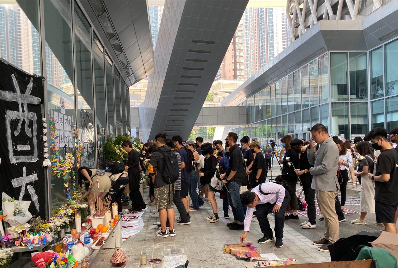 來自各大專院校的學生們在15歲逝世少女陳彥霖生前上課的香港知專設計學院的設計大道進行祭典和舉行集會,進一步要求職業訓練局(VTC)提供CCTV(閉路電視),希望讓真相浮出水面。(駱亞 / 大紀元)