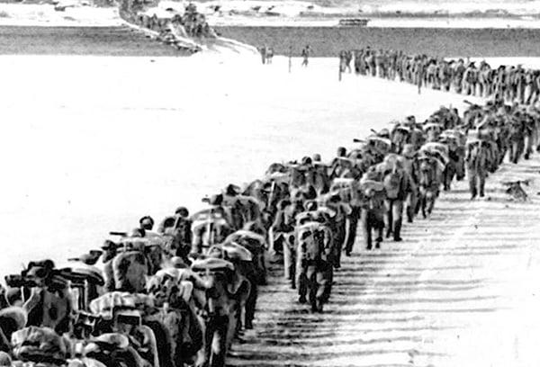 朝鮮戰爭,共軍過鴨綠江。(網絡圖片)