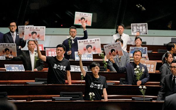 民主派議員在林鄭昨日出席立法會施政報告答問會時抗議。(宋碧龍/大紀元)