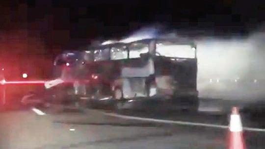 巴士被燒成焦黑。(視頻截圖)