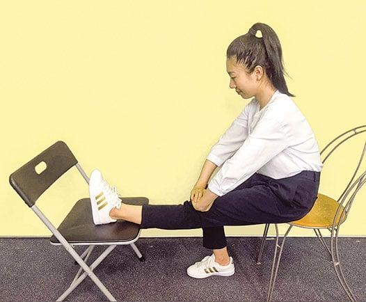 壓膝運動。(攝影柯弦)
