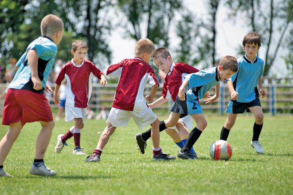 總統運動健身和營養理事會建議兒童每天進行60分鐘的體育鍛煉,並建議去當地的公園或綠地進行。更好的是,讓孩子從小就參與團隊運動。除了讓他們鍛鍊身體之外,還教給他們關於團隊合作和遵守規則的知識。(Fotolia)