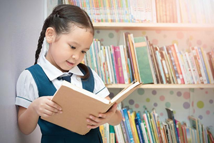 兒科研究表明,在幼兒時期,家長為孩子大聲朗讀,可以提高孩子之後在學校的表現,因為大聲朗讀減少了兒童過度活躍和破壞性行為。(Fotolia)