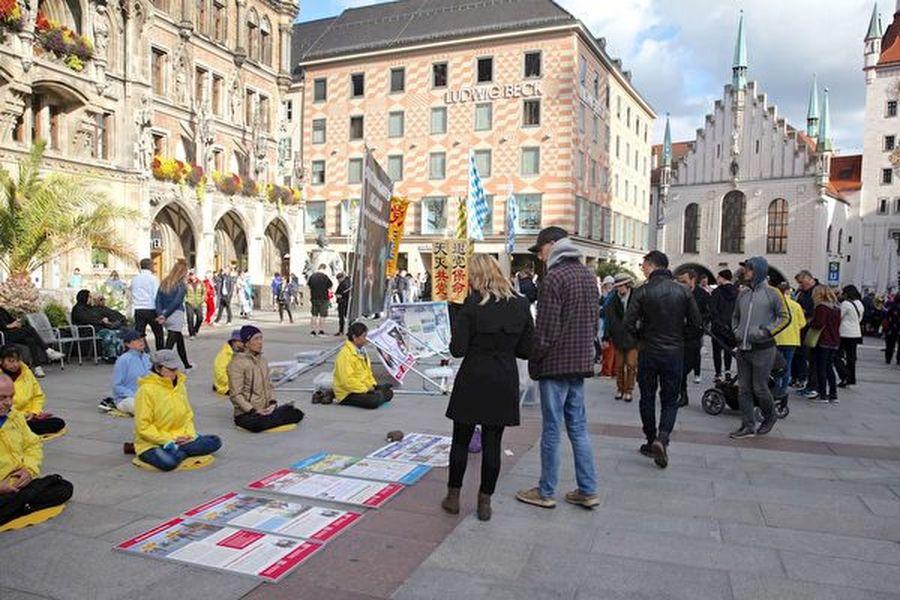 2019年慕尼黑啤酒節期間,在10月3日(德國統一日),法輪功學員們在慕尼黑瑪琳廣場上舉行傳播法輪功真相的活動。圖為法輪功學員集體煉功。(明慧網)