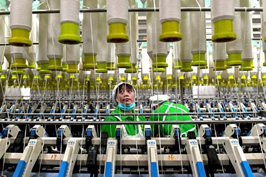 路透社報道指出,六個指標均指向中國經濟呈現放緩狀態。圖為中國河南省一家紡織廠的工作場景。(STR/AFP/Getty Images)