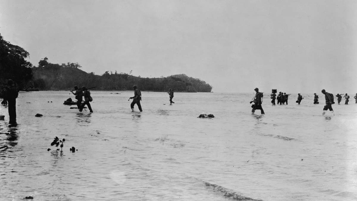 中共國企租下太平洋戰略要地圖拉吉島,引發歐美擔憂。圖為二戰時期,美國海軍陸戰隊登陸圖拉吉島。(U.S. Navy/Getty Images)