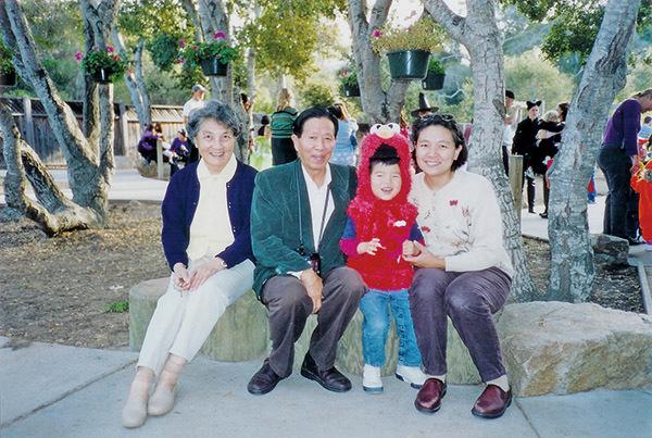 蔣彥永醫師(左二)和妻子華仲蔚女士。(大紀元資料室)