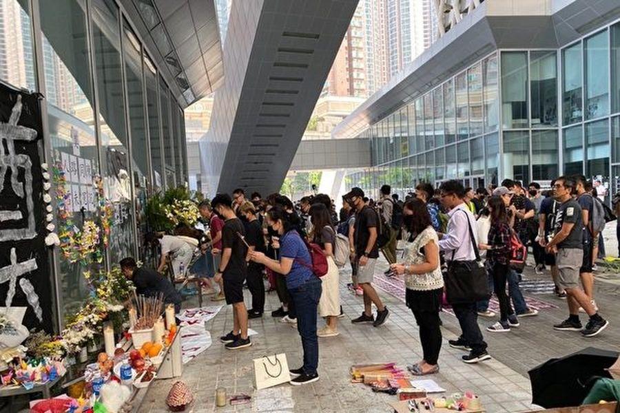 2019年10月17日,香港知專設計學院學生排隊獻花祭奠、聲援15歲女生陳彥霖,要求真相。(駱亞/大紀元)