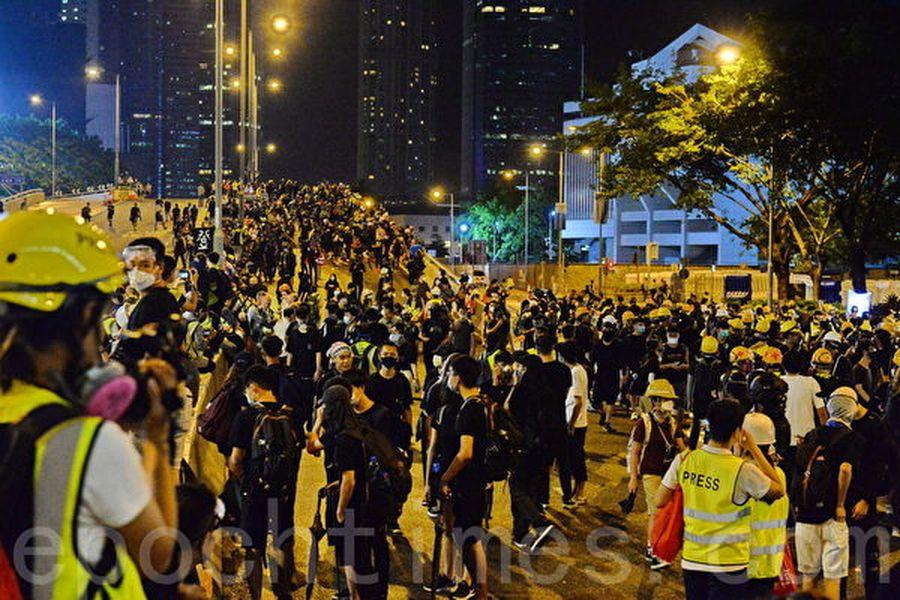 香港反送中抗爭者大多身穿黑色衣服。(宋碧龍/大紀元)