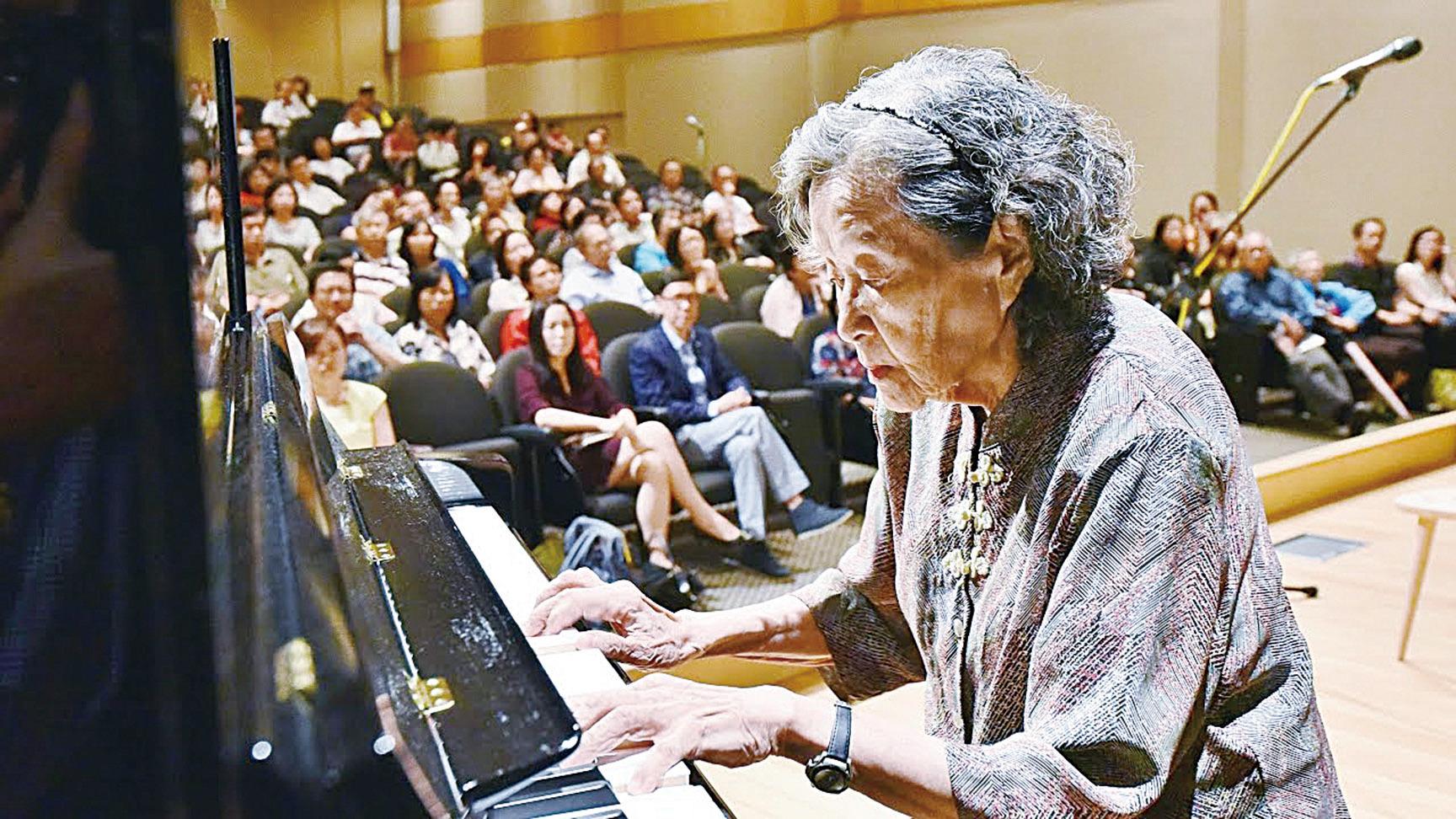 巫漪麗演奏的鋼琴曲《梁祝》的短片在社交媒體爆紅,這個曾祖母級的鋼琴演奏家成了網絡紅人。然而,有誰知道這是劫後倖存的琴聲呢?(短片截圖)
