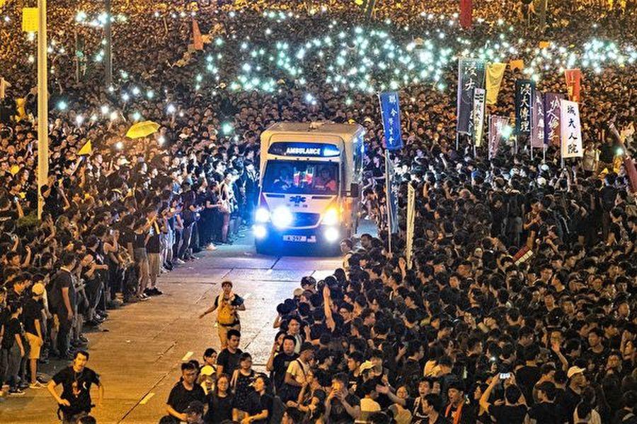 2019年6月16日,200萬港人遊行反送中。期間有救護車經過,民眾自動分開讓救護車通過,之後人群又合上。這一幕被稱為香港版「摩西分紅海」,港人的和平、理性、高質素讓世人驚歎。(李逸/大紀元)