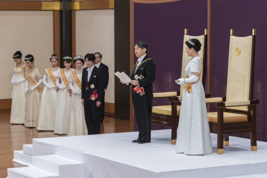 日本新王德仁於5月1日「劍璽等承繼之儀」結束後,在舉行「即位後朝見之儀」與新王后雅子首度與代表國民的人士會面,並發表他的第一次講話。(HANDOUT/IMPERIAL HOUSEHOLD AGENCY/AFP)