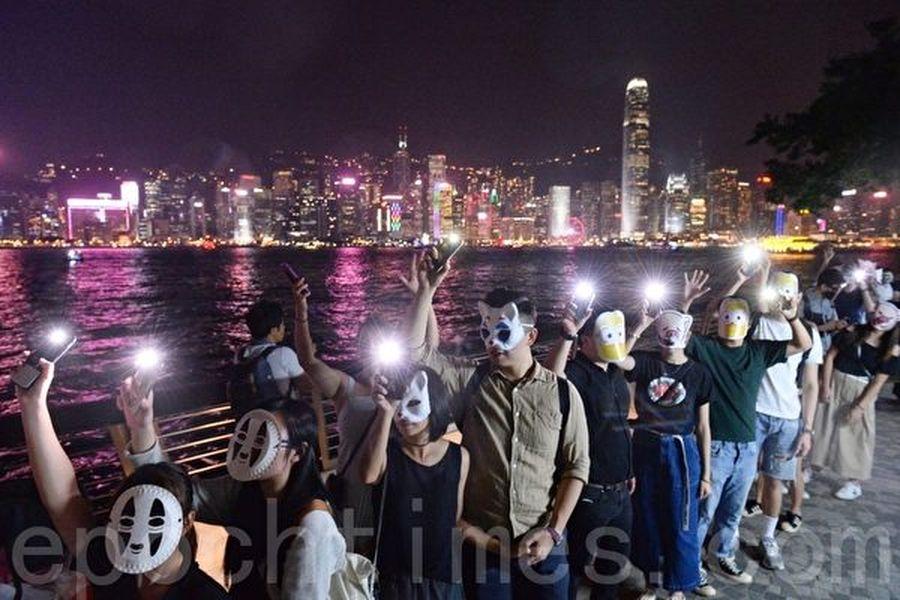 2019年10月18日,尖沙咀,香港市民戴上口罩及各式面具築人鏈。(宋碧龍/大紀元)
