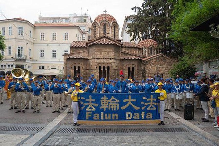 2019年10月11日,由歐洲法輪功學員組成的天國樂團在希臘雅典的憲法廣場演奏。(明慧網)