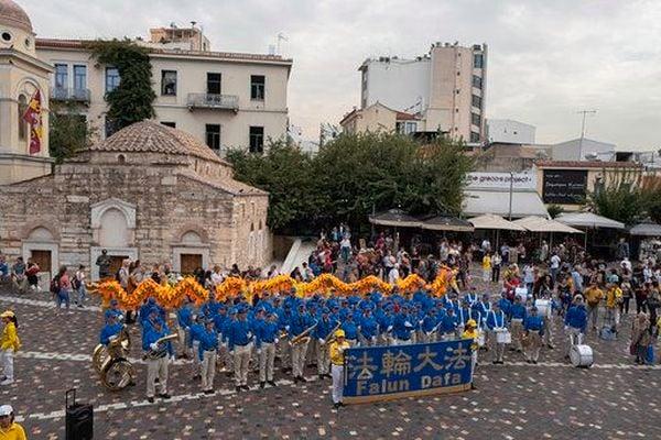 歐洲天國樂團在雅典市中心演奏雄壯的樂曲,吸引四方來客觀看。(明慧網)
