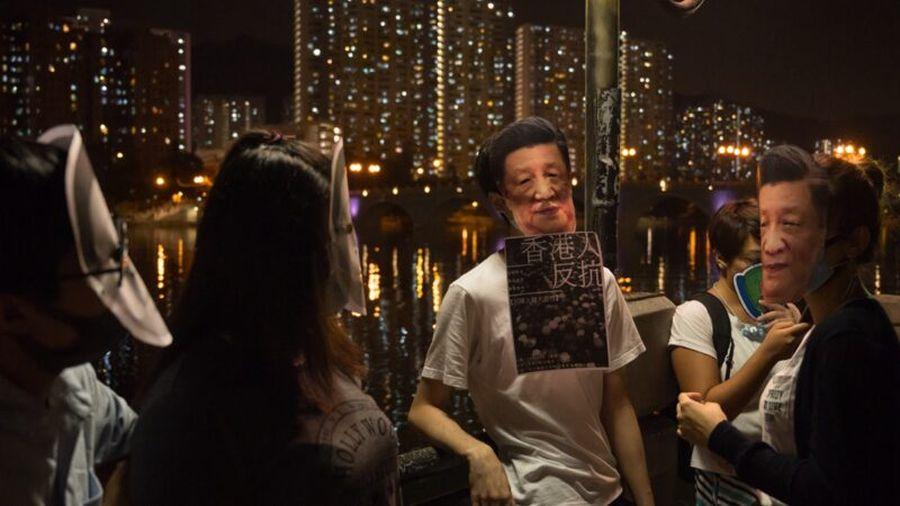 10月18日晚,港人在香港旺角蒙面,築起人鏈。(Billy H.C. Kwok/Getty Images)
