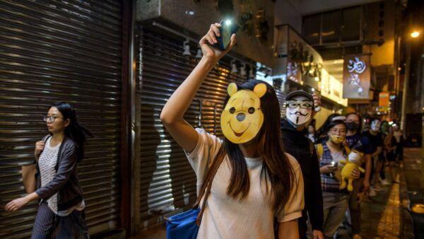 10月18日晚,港人在香港旺角蒙面,築起人鏈。( ED JONES/AFP via Getty Images)