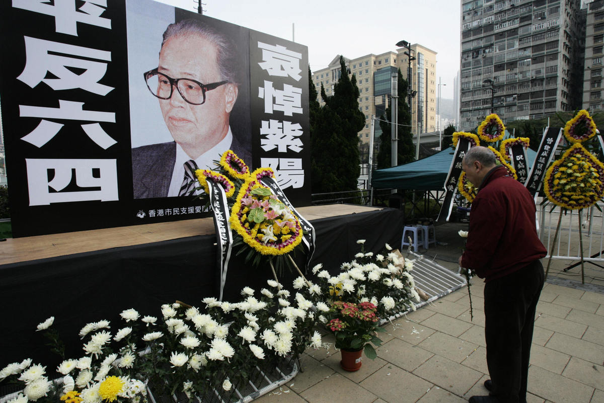 圖為香港民眾在維多利亞公園悼念趙紫陽。(MIKE CLARKE/AFP/Getty Images)