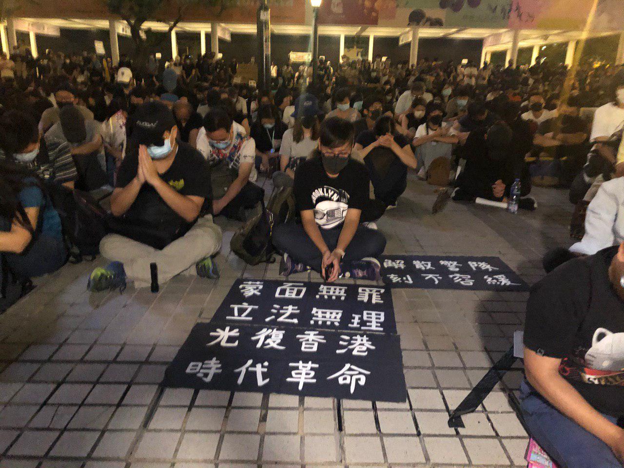 抗爭者展出「(禁)蒙面法無理」、「解散警隊」等內容的標語在地上。(梁珍/大紀元)