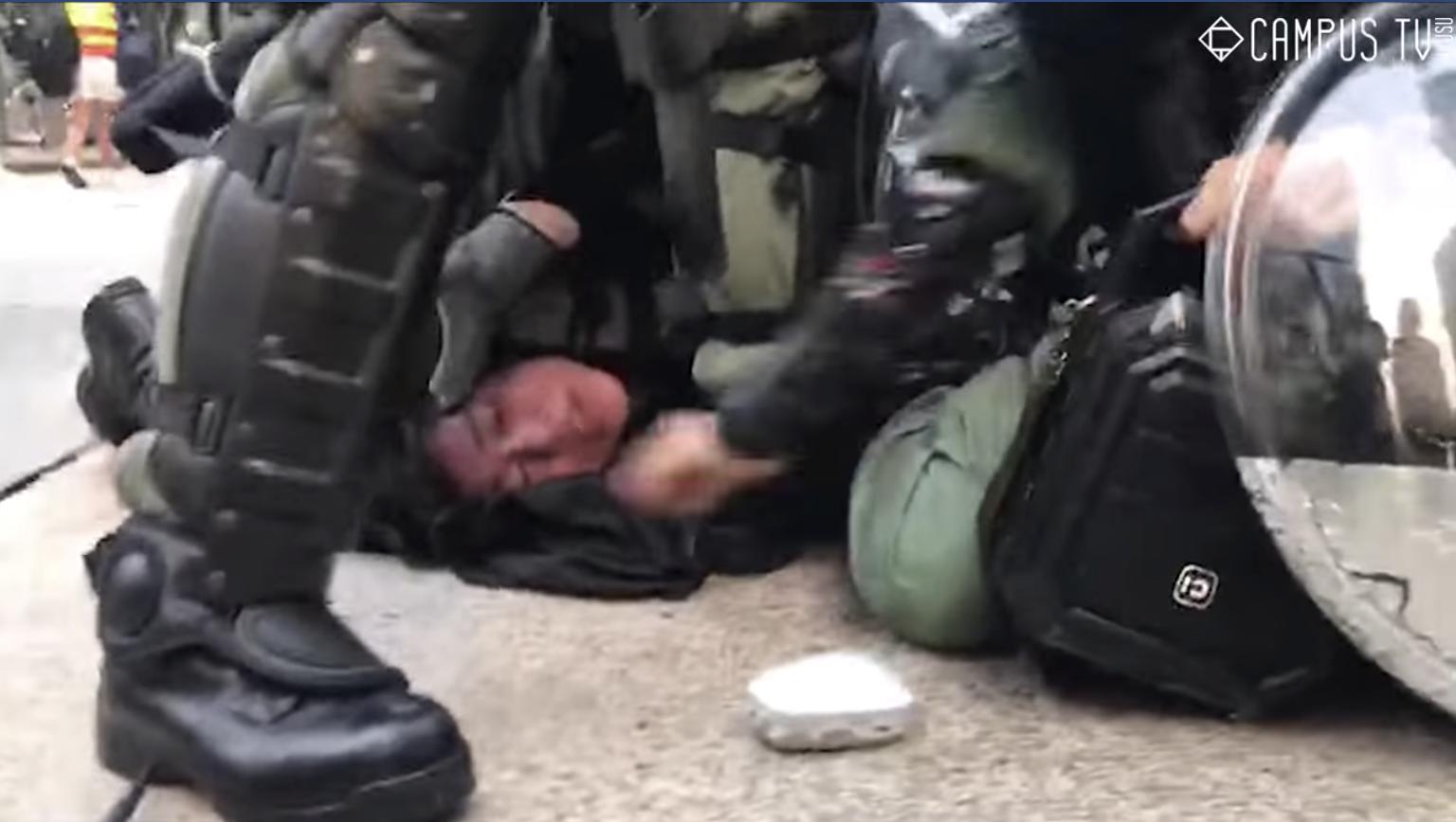 一段視頻顯示929反極權遊行時,香港警察無節制的對一名抗爭者濫施暴力,引發眾怒和譴責。(視頻截圖)