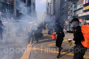 尖沙咀警署外發射多枚催淚彈