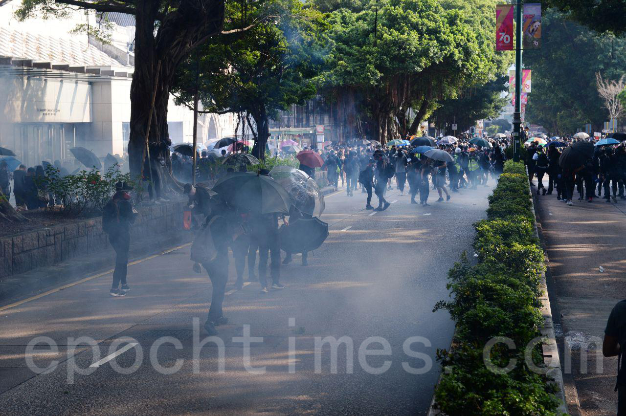 20日遊行隊伍經過尖沙咀警署,警方要求在場市民離開,並且在沒有警告的情況下,連續發射多枚催淚彈。(宋碧龍/大紀元)
