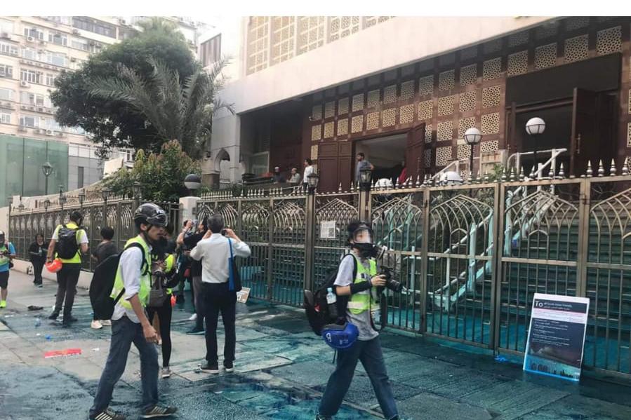 警方涉嫌故意「染藍」清真寺