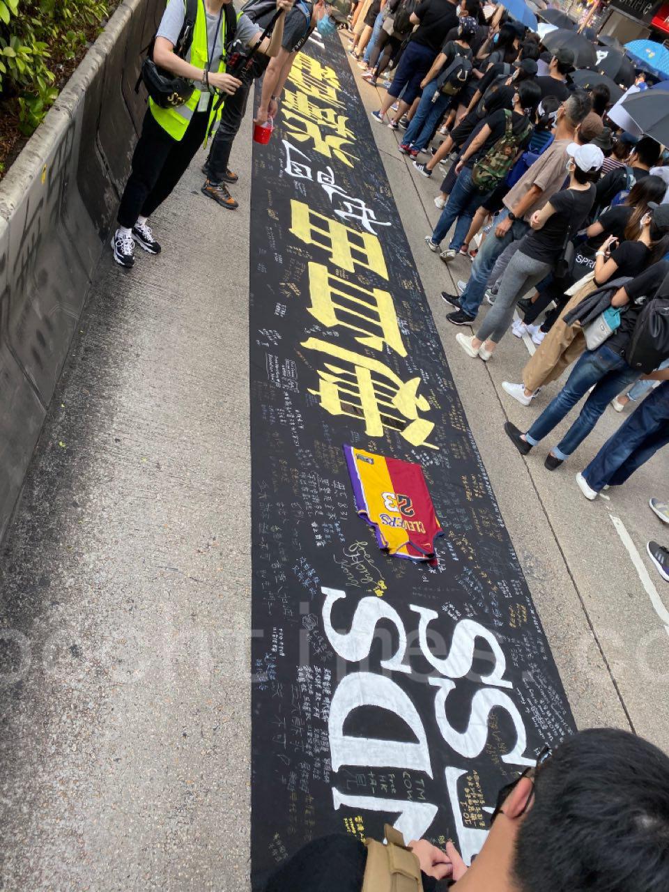 10月20日,在催淚彈和水炮車的噴射下, 35萬港人遊行反惡法 促重組警隊。(駱亞/大紀元)